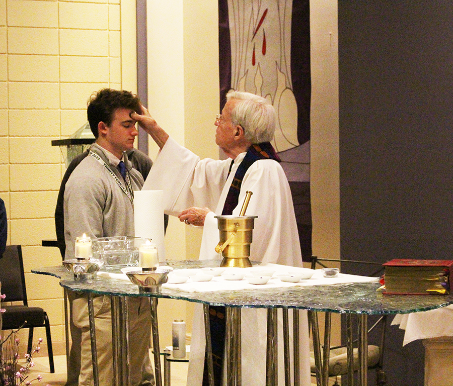 Senior+Jackson+Riney+receives+ashes+from+Trinity+Chaplain+Fr.+Dave+Zettel+%2758
